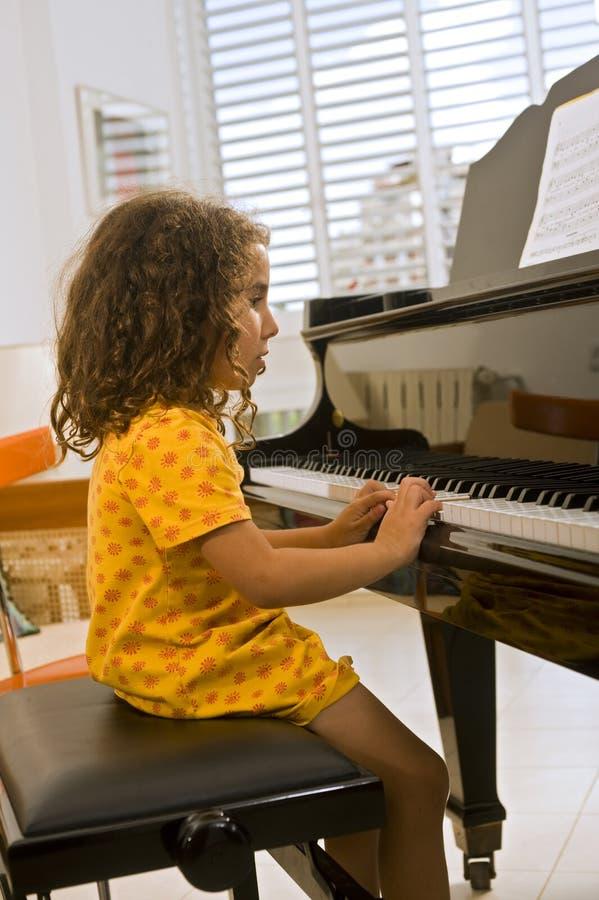 Bambina che gioca il piano fotografia stock libera da diritti