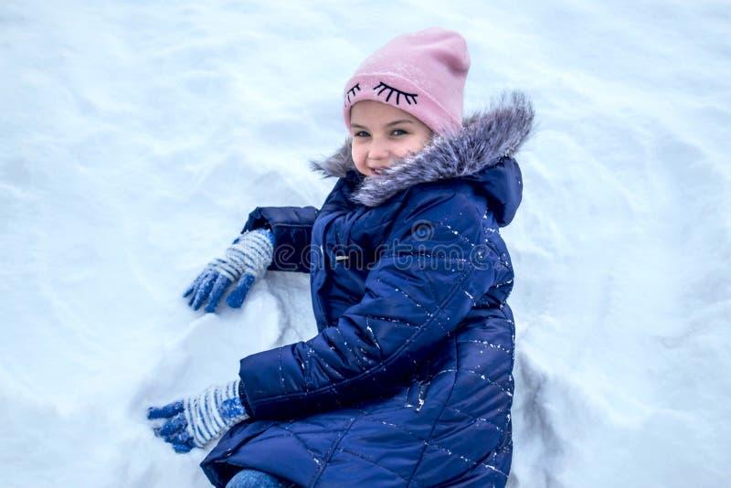 Bambina che gioca nella neve immagine stock libera da diritti