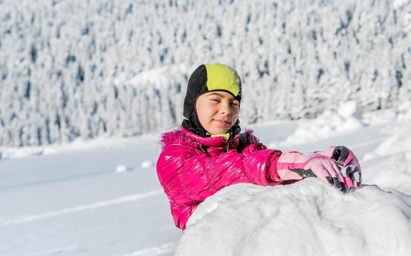 Bambina che gioca nella neve nel Montenegro fotografie stock