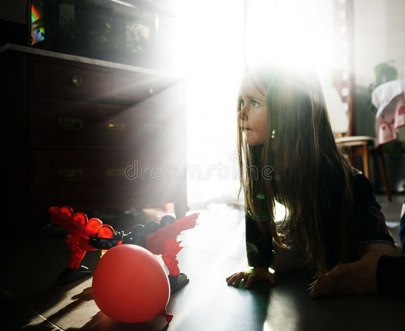 Bambina che gioca nella stanza di bambini immagine stock