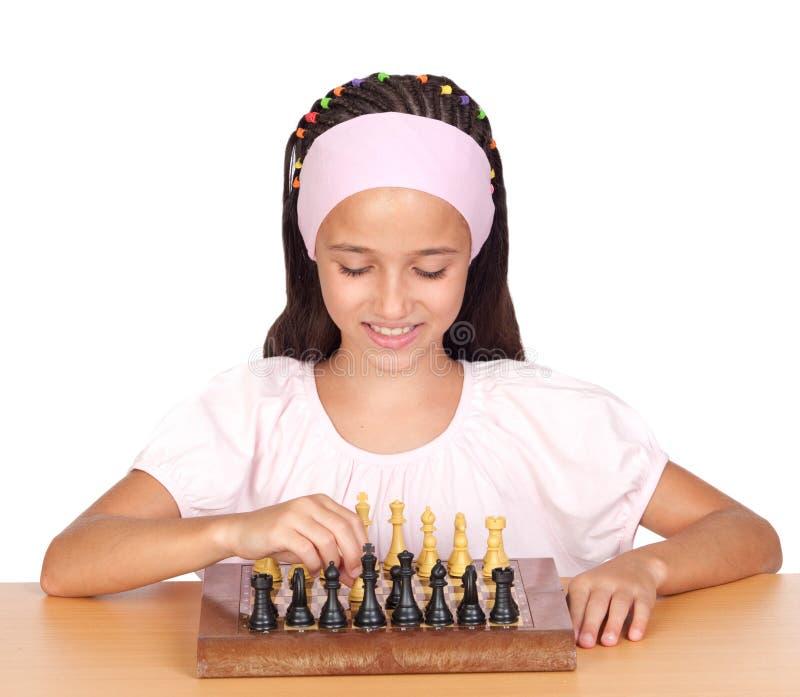 Bambina che gioca scacchi fotografia stock
