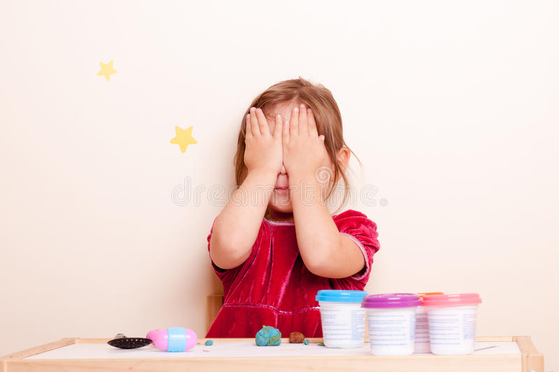 Bambina che gioca a scuola immagine stock