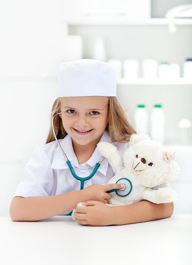 Bambina che gioca veterinario immagini stock