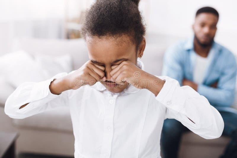 Bambina che grida dopo il litigio con il padre fotografie stock libere da diritti
