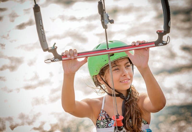 Bambina che impara al kitesurf fotografia stock