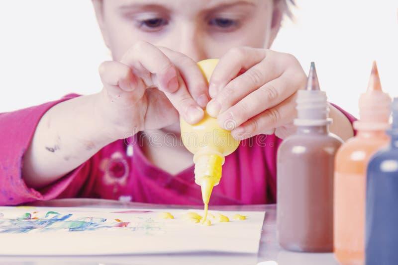 Bambina che impara dipingere sviluppo infantile nell'arte immagini stock libere da diritti