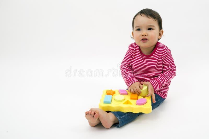 Bambina che impara le forme, istruzione iniziale e concetto di guardia fotografia stock