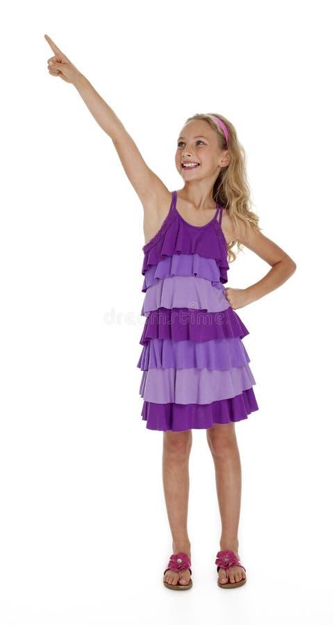 Bambina che indica verso l'alto sul fondo bianco fotografia stock libera da diritti