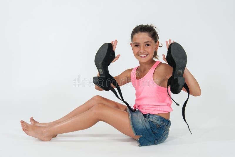 Bambina che indossa le scarpe della mamma immagini stock