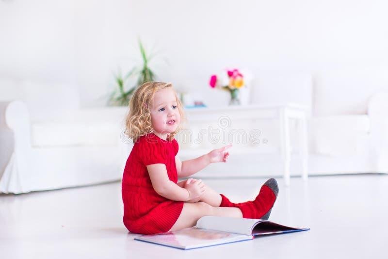 Bambina che legge un libro immagine stock libera da diritti