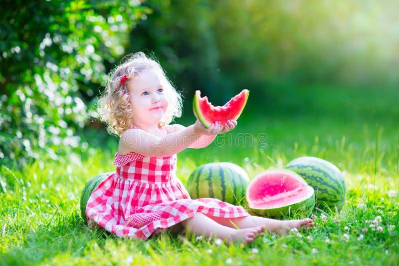 Bambina che mangia anguria fotografia stock
