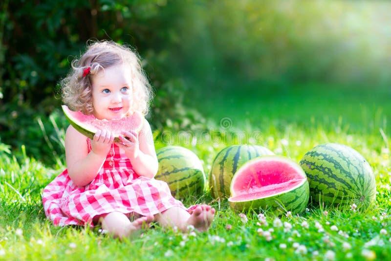 Bambina che mangia anguria immagini stock