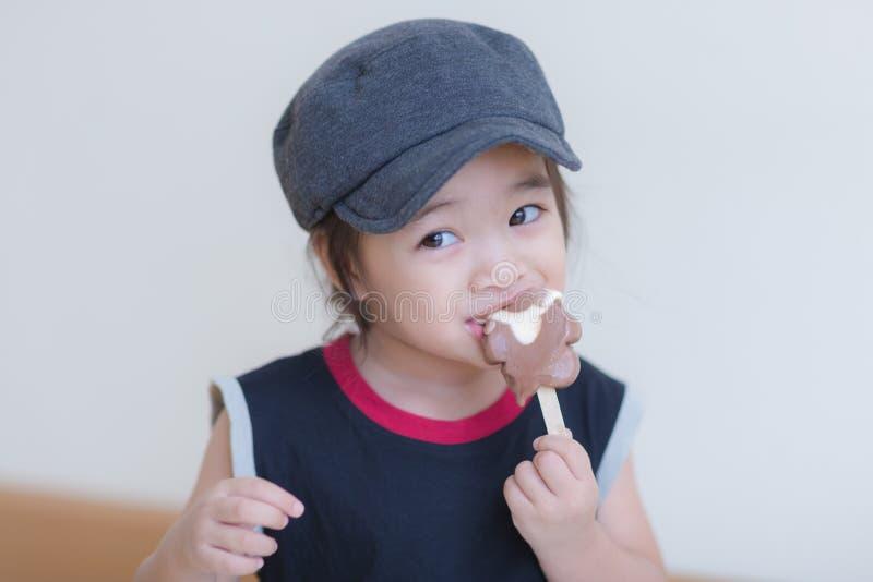 Bambina che mangia gelato fotografie stock
