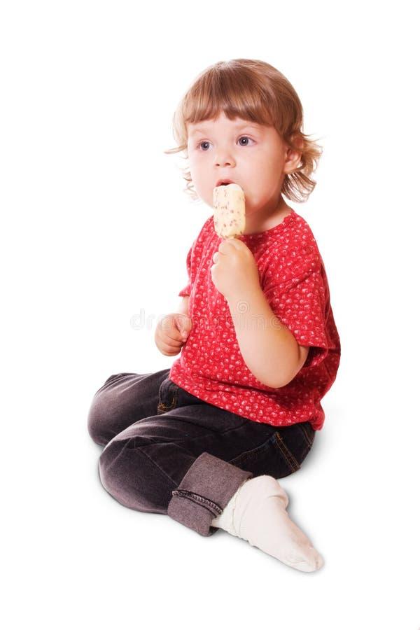 Bambina che mangia il gelato immagini stock libere da diritti