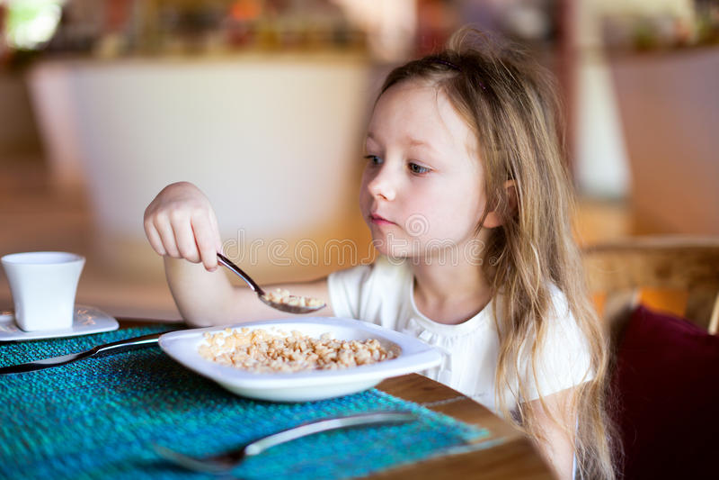 Bambina che mangia prima colazione immagine stock libera da diritti