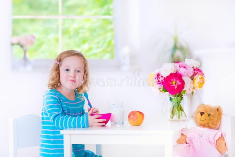 Bambina che mangia prima colazione fotografia stock