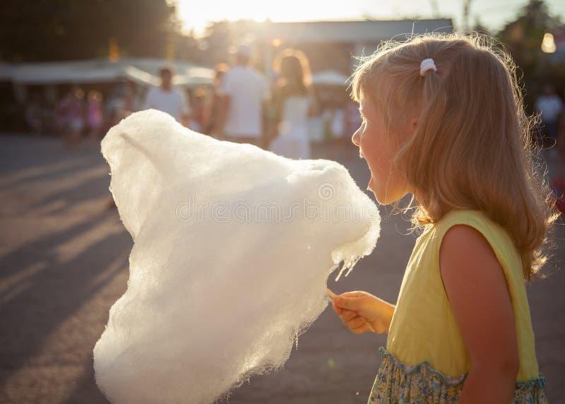Bambina che mangia zucchero filato immagine stock libera da diritti
