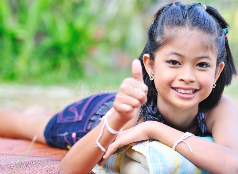 Download Bambina Che Mostra Okay Con La Mano. Immagine Stock - Immagine di asiatico, nero: 30828695