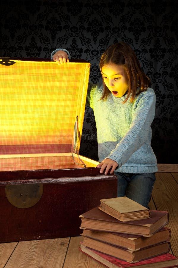 Bambina che osserva all'interno di un circuito di collegamento immagine stock libera da diritti