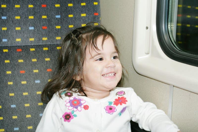 Bambina che osserva finestra fotografie stock