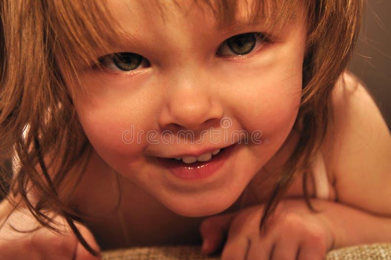 Bambina che osserva giù immagine stock