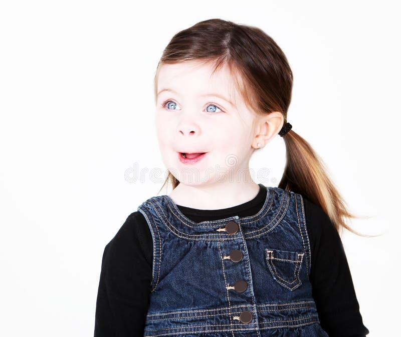 Bambina che osserva obliquamente immagine stock
