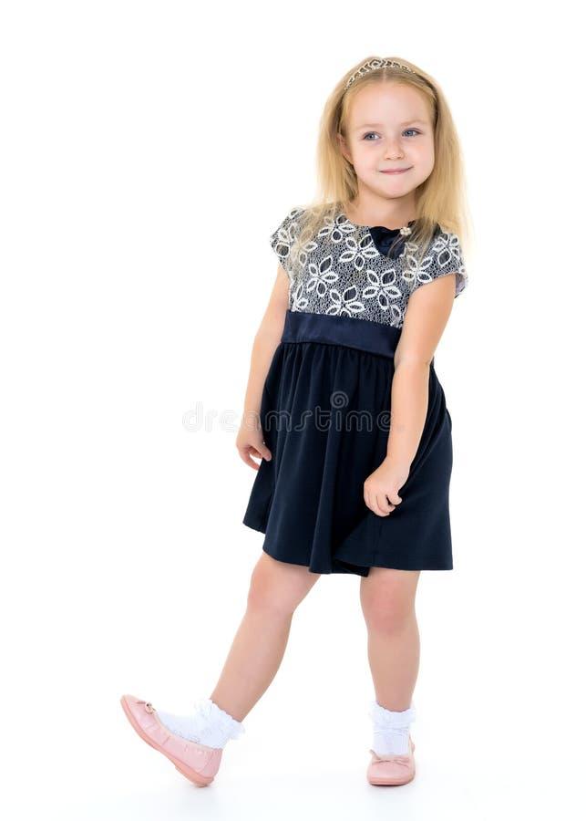 Bambina che posa nello studio su un fondo bianco fotografia stock libera da diritti