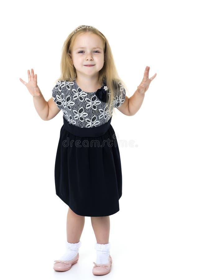 Bambina che posa nello studio su un fondo bianco immagini stock