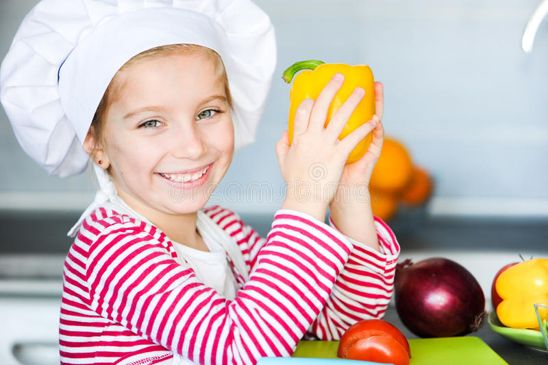 Bambina che prepara alimento sano fotografie stock