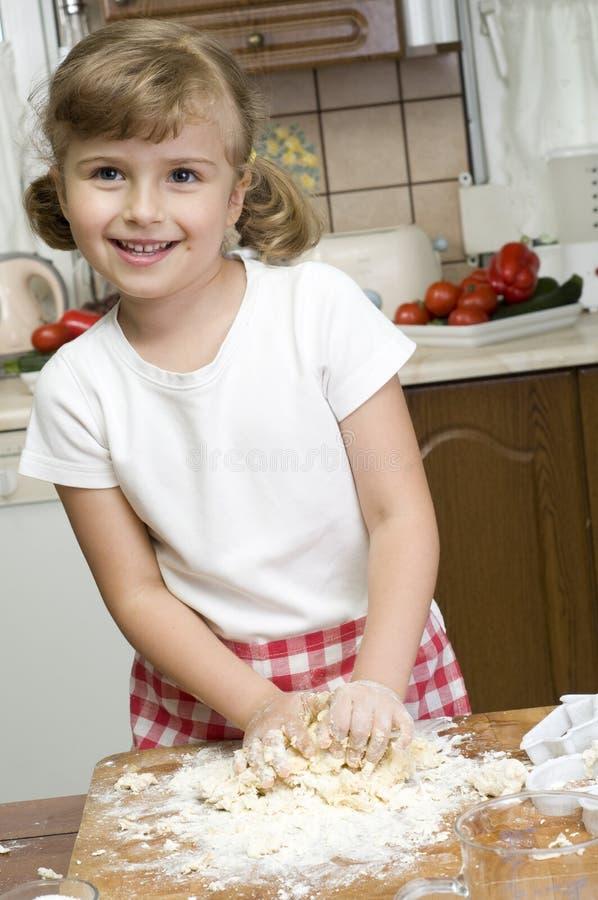 Bambina che produce i biscotti immagini stock