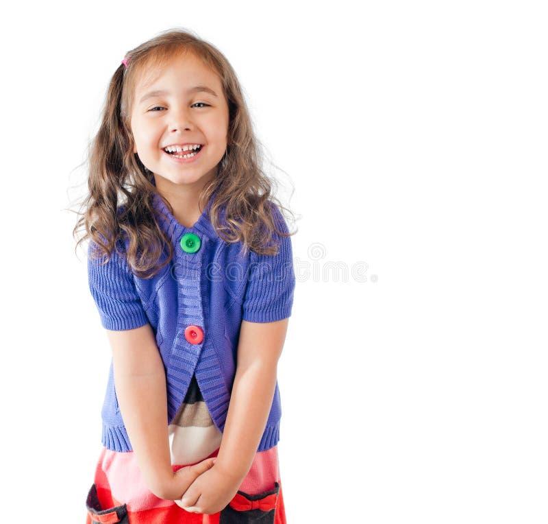Bambina che ride e che esamina la macchina fotografica immagini stock libere da diritti