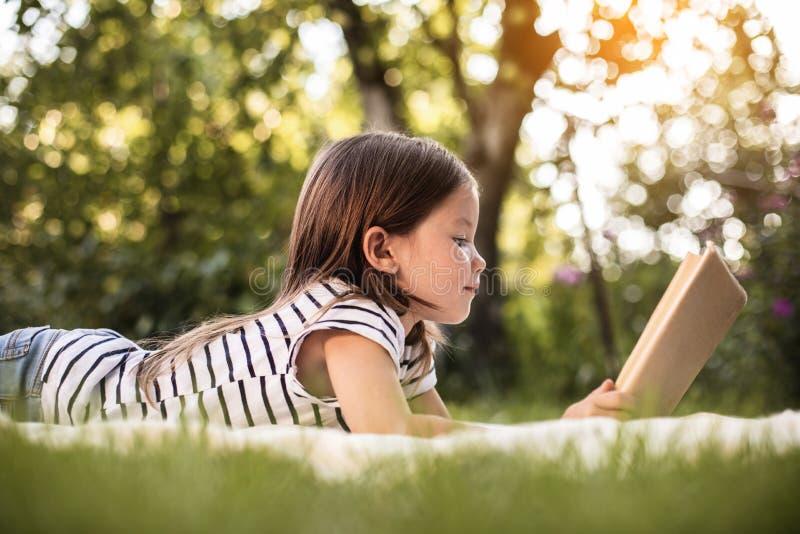 Bambina che riposa al parco di estate fotografie stock