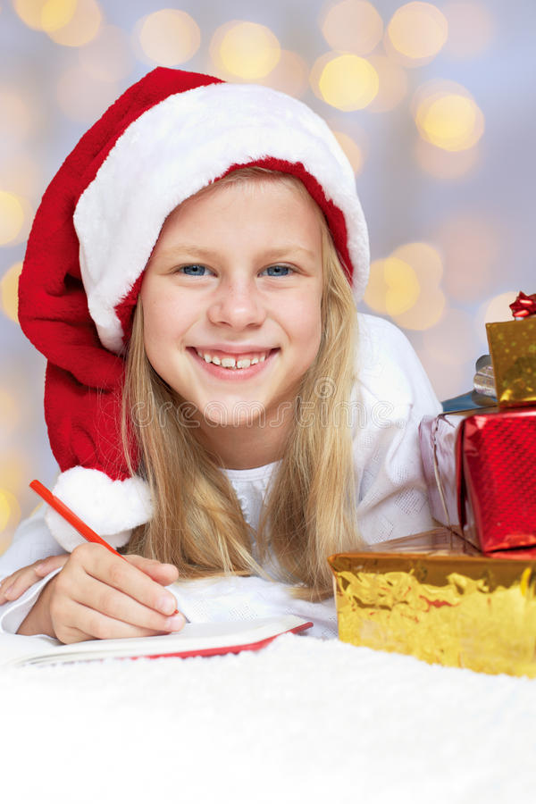 Bambina che scrive una lettera a Santa Claus fotografia stock
