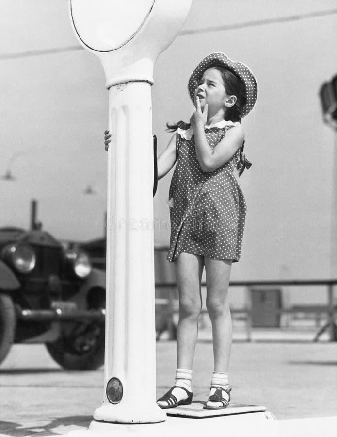 Bambina che sembra sconcertante da una scala (tutte le persone rappresentate non sono vivente più lungo e nessuna proprietà esist immagini stock
