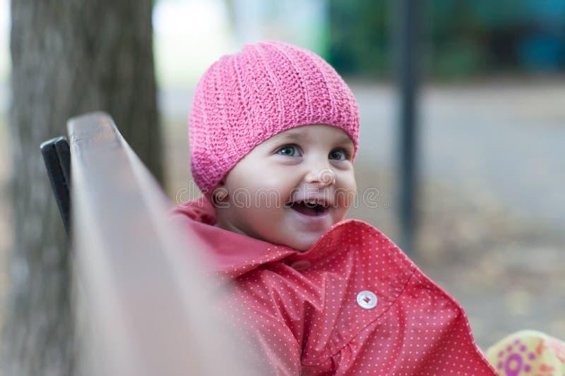 Bambina che si siede su un banco fotografia stock libera da diritti