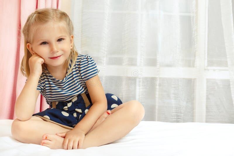 Bambina che si siede sulla base immagine stock libera da diritti