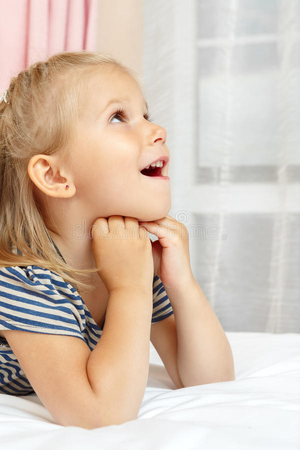 Bambina che si trova sulla base fotografie stock libere da diritti