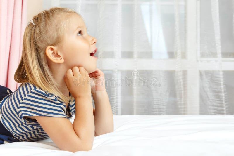 Bambina che si trova sulla base immagini stock libere da diritti