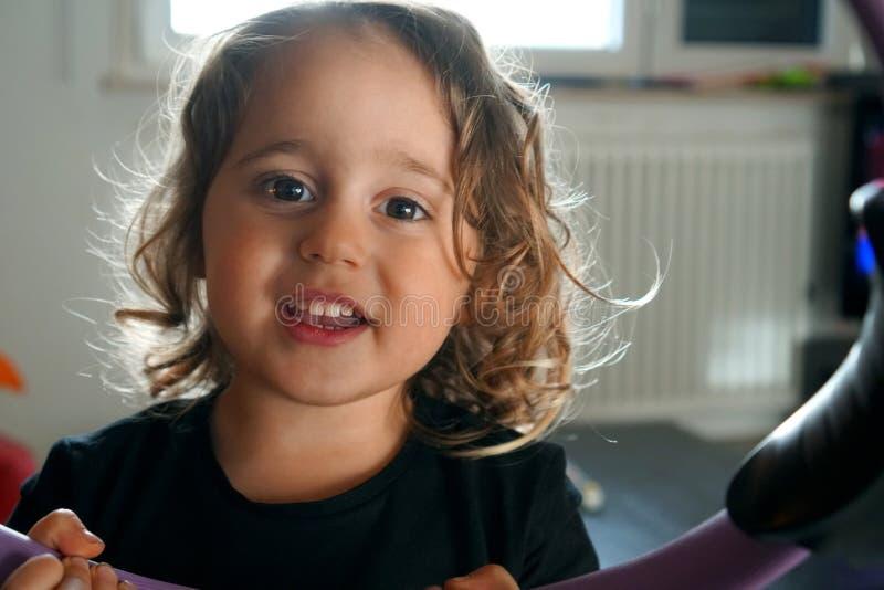 bambina che sorride fotografie stock libere da diritti