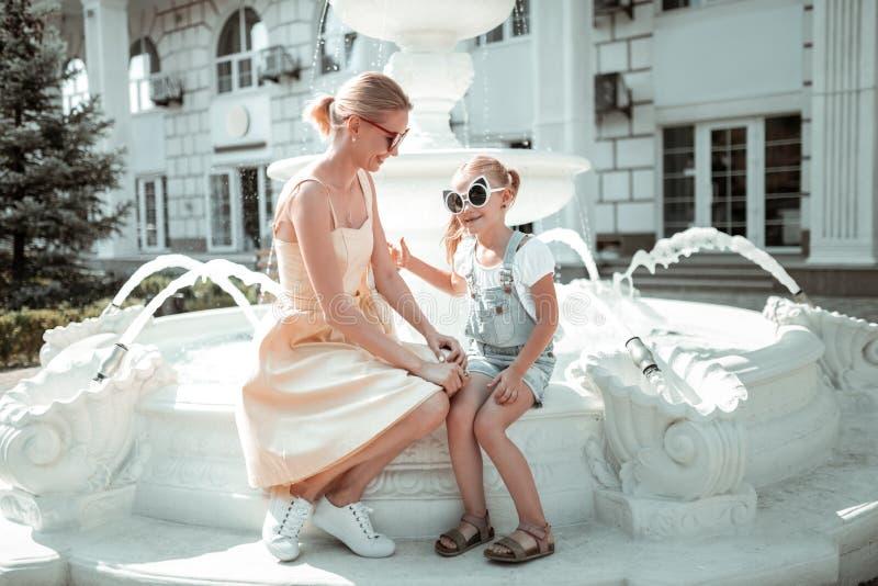 Bambina che spende tempo con sua madre fotografia stock libera da diritti
