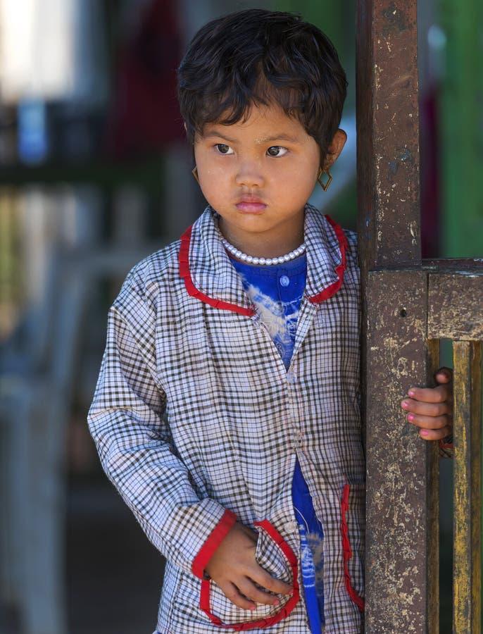 Bambina che sta a sua scuola in un piccolo villaggio in Inle, Myanmar fotografie stock