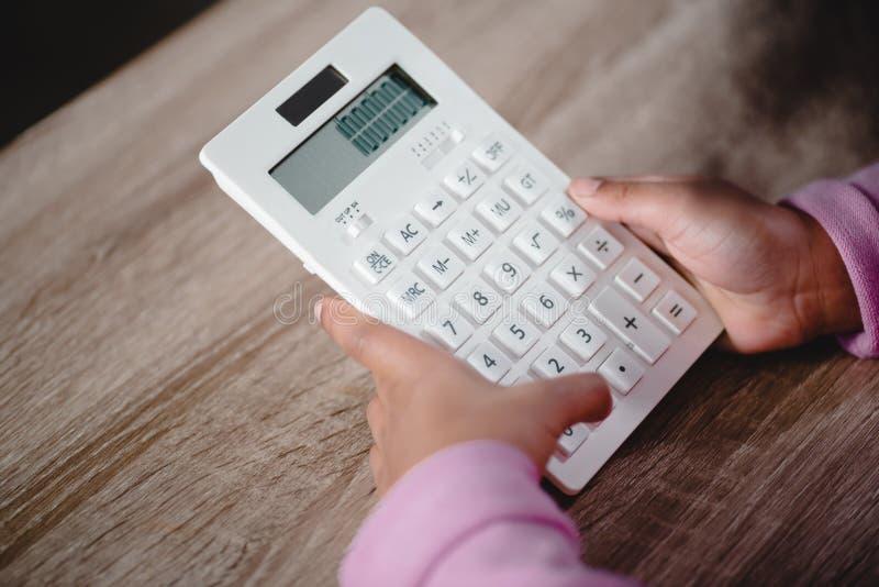 Bambina che tiene calcolatore bianco immagini stock