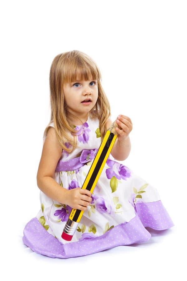 Bambina che tiene grande matita immagine stock