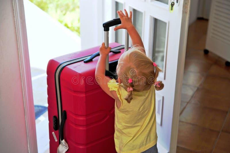 Bambina che tiene grande valigia fotografia stock libera da diritti
