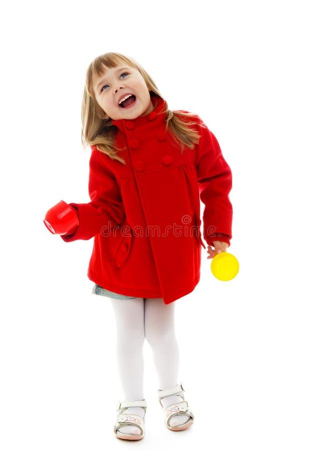Bambina che tiene le tazze in sue mani fotografia stock