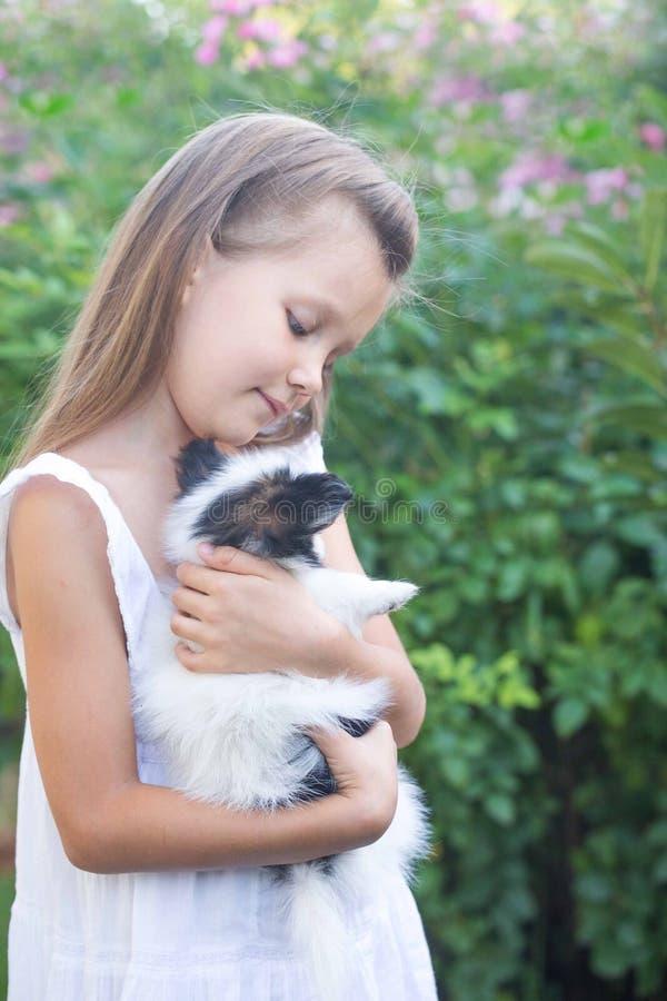 Bambina che tiene un cucciolo fotografie stock