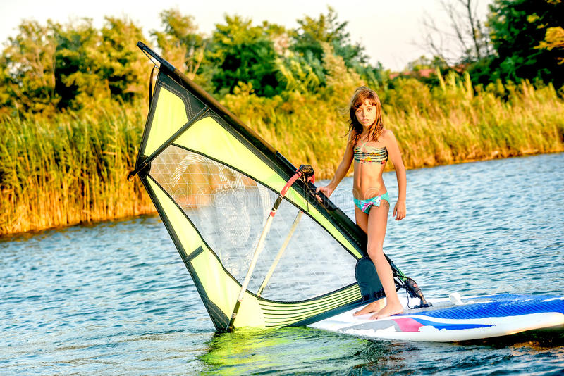 Bambina che winsurfing su Ada Bojana, Montenegro fotografia stock