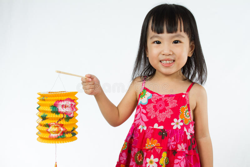 Bambina cinese che giudica latern immagine stock