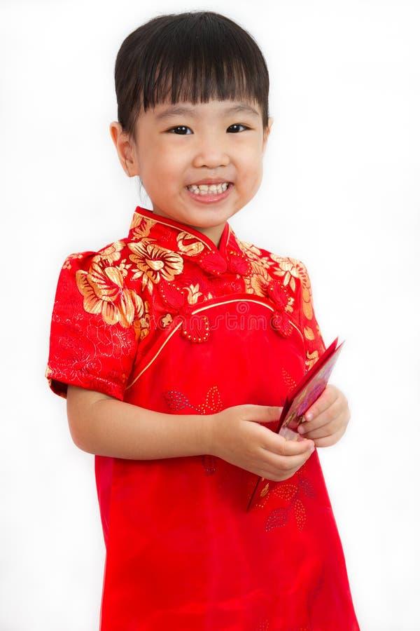 Bambina cinese che tiene busta rossa fotografie stock libere da diritti