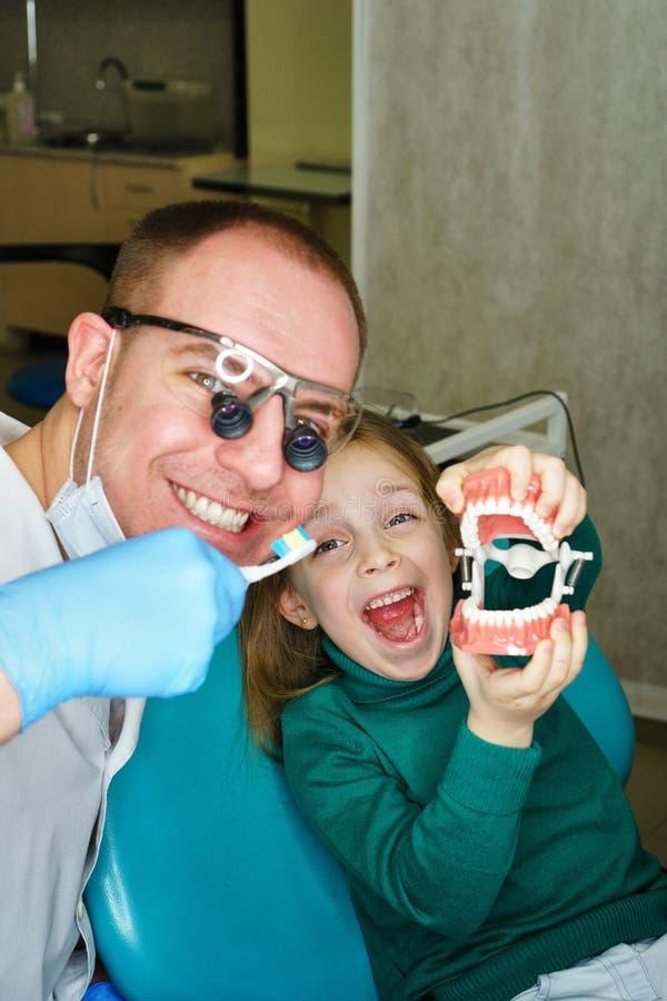 Bambina in clinica dentaria immagine stock